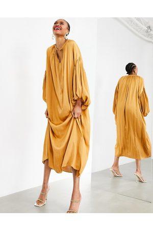 ASOS EDITION – Karamellfärgad maxiklänning i oversize modell med blusärm