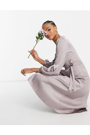 TFNC – Brudtärnor – midiklänning i satin med lång ärm och omlottdesign