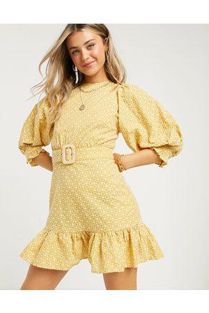 ASOS DESIGN – Senapsgul miniklänning i hålbroderi med puffärm, peplum och snörning baktill