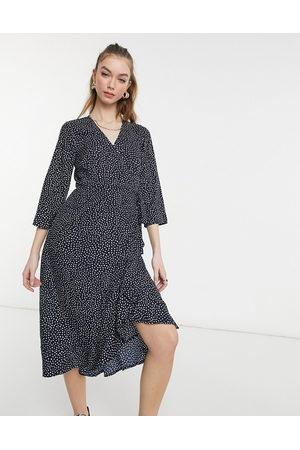 Vero Moda – Marinblå, prickig midiklänning i omlottdesign-Flera färger