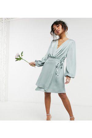 TFNC – Brudtärnor – Salviagrön miniklänning i satin med långa ärmar och omlottdesign framtill