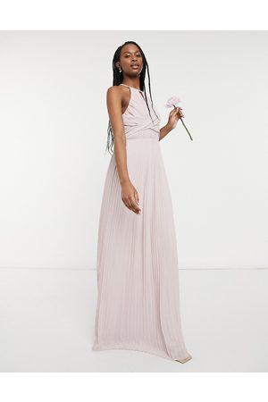 TFNC – Brudtärnor – Minkgrå plisserad maxiklänning med omlottdesign-Pink