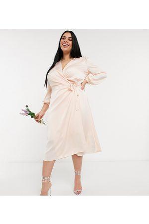 TFNC TFNC – Brudtärnor – Plus – Ljusrosa midiklänning i satin med lång ärm och omlottdesign fram-Krämvit