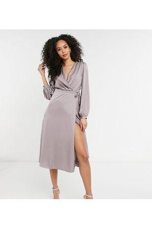 TFNC – Brudtärnor – midiklänning i satin med långa ärmar och omlottdesign
