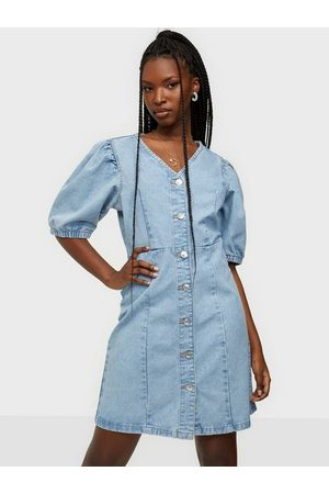 Pieces Pcgili Ss V-Neck Coloured Denim Dre Klänning Light Blue Denim