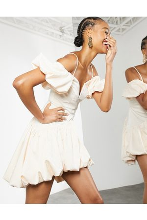 ASOS – Miniklänning i puffball-modell med djup ringning-Pink