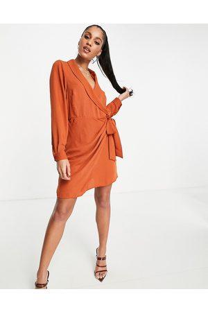 ASOS Kvinna Festklänningar - – Roströd miniklänning i omlottdesign med krage