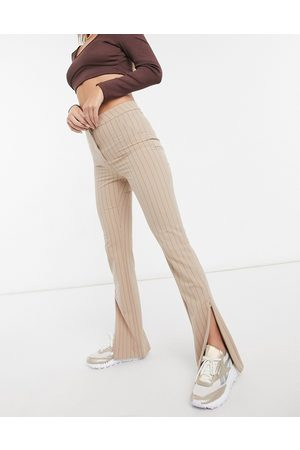 Weekday – Alecia – Beigefärgade kritstrecksrandiga byxor med raka ben med slits fram