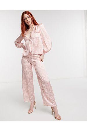 Never Fully Dressed – satinbyxor med vida ben och kakelmönster ton-i-ton, del av set-Pink
