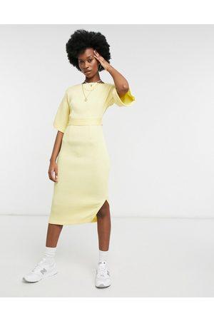 Closet Kvinna Fodralklänningar - – Citrongul ribbad fodralklänning i midilängd med knytning baktill