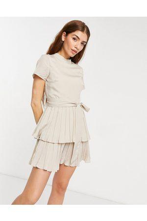 In The Style X Billie Faiers – Gräddvit plisserad skaterklänning med holkärm och hög ringning-Krämvit