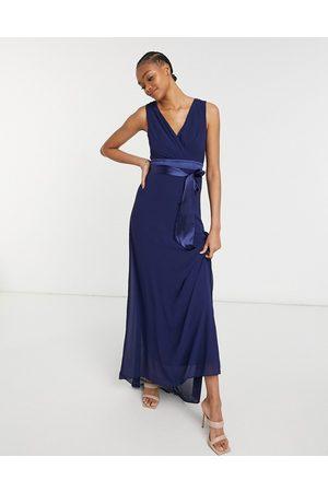 TFNC – Brudtärnor – Marinblå maxiklänning med djup ringning och rosett baktill