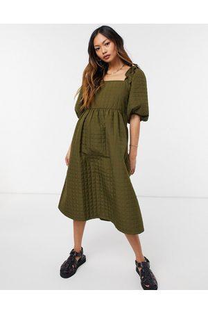 Selected Kvinna Midiklänningar - Femme – Kakigrön quiltad midiklänning med fyrkantig halsringning