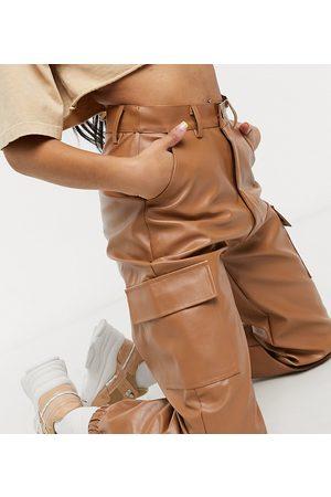 Missguided – Karamellbruna cargobyxor i läderimitation