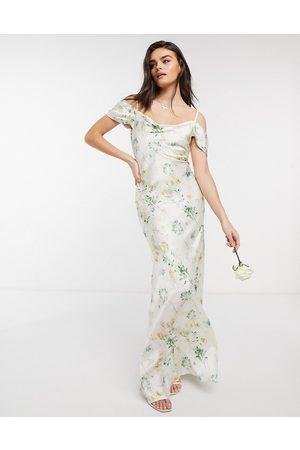 HOPE & IVY – Benvit blommig maxiklänning för brudtärna med bara axlar och draperad ringning