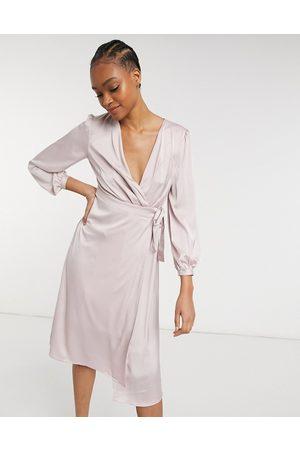 TFNC – Brudtärnor – Minkgrå midiklänning i satin med långa ärmar och omlottdesign-Pink