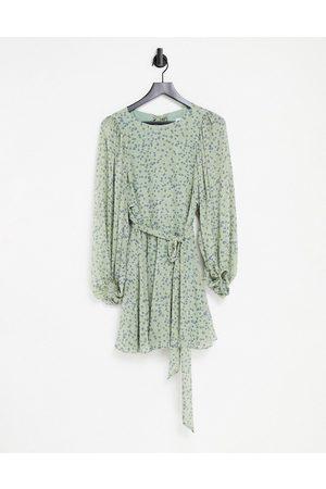 Forever New – Grön småblommig miniklänning med öppen rygg, volymärmar och knytning i midjan-Olika färger