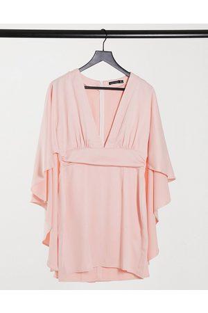 I saw it first – miniklänning i satin med djup urringning framtill och cape-Pink