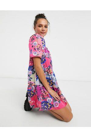 Liquorish – , blommig miniklänning med smock och puffärmar-Pink