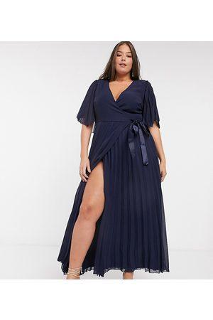 ASOS – Curve – Exclusive – Plisserad maxiklänning med kimonoärm och knytning i midjan