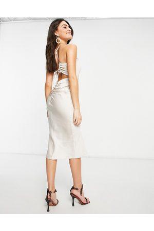 ASOS – Ostronfärgad ryschad slipklänning med bar rygg och halterneck
