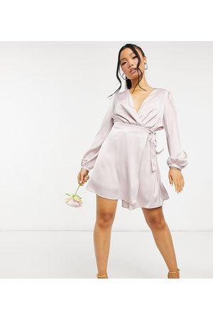 TFNC – Brudtärnor – Minkgrå miniklänning i satin med långa ärmar och omlottdesign framtill-Pink