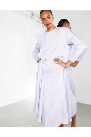 ASOS – Ljuslila midiklänning i krinklad satin med drapering framtill