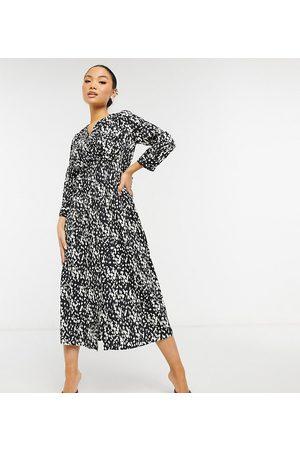 Vero Moda – Svart- och vitfläckig midiklänning med omlottdesign och knytning i midjan-Flera färger