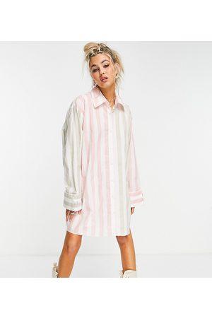 COLLUSION – Rosa- och kakirandig kort oversize skjortklänning-Olika färger