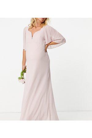 TFNC – Brudtärna – Dimrosa maxiklänning med hjärtformad halsringning och utsvängd ärm-Pink
