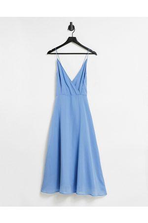 ASOS – Midiklänning i omlottdesign med smala axelband och snörning baktill