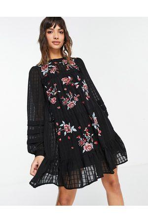 ASOS – broderad smockklänning i minilängd med rutigt mönster