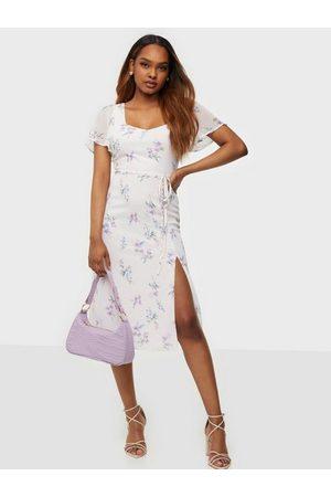 NLY Trend Kvinna Fodralklänningar - Frill Sweetheart Dress Fodralklänningar Blommig