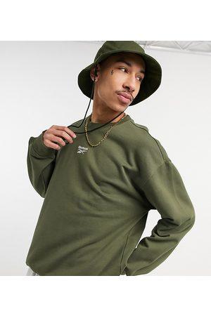 Reebok Classics – Kakigrön sweatshirt med centrerad logga – Endast hos ASOS- /a