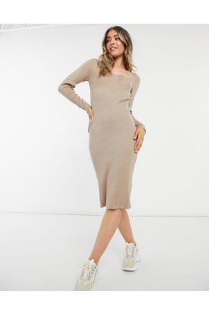 New Look – Ljusbrun klänning med hjärtformad halsringning