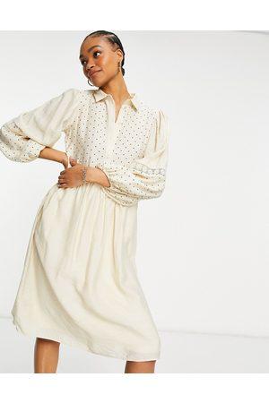 VILA – Prickig skjortklänning i midilängd med virkad panel-Vita