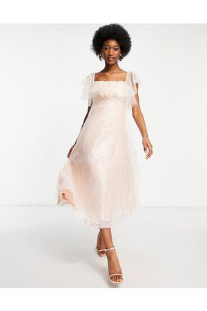 Forever U – midiklänning i organza med bardotringning och paljetter-Pink