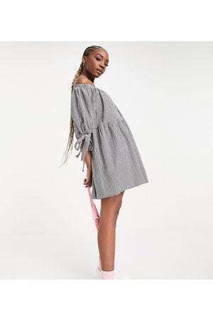 ASOS ASOS DESIGN Tall – Svartvit panelsydd miniklänning i ginghammönster och off shoulder-modell med knytning på ärmarna-Flera