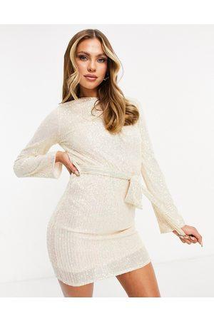 Club L – Krämvit shiftklänning i minidesign med paljetter och skärp- /a