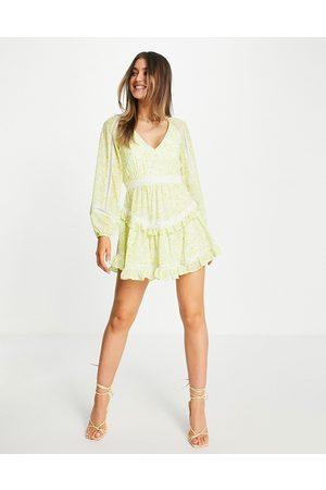 Forever New – Pastellblommig, panelsydd miniklänning med ballongärmar, spetsdetaljer och bar rygg