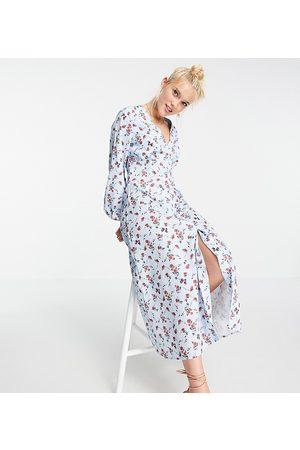 In The Style Exclusive x Olivia Bowen – Blåblommig maxiklänning med volym, puffärmar och knappar, endast hos ASOS-Flera