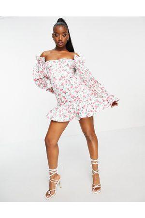 ASOS – Småblommig miniklänning med korsettöverdel, volangfåll, puffärmar och off shoulder-desing av satin-Flera