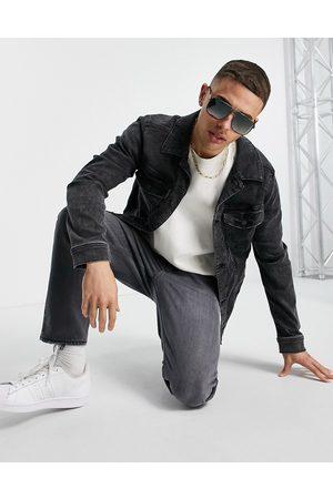 Hollister – Bleksvart jeansjacka i truckerstil med logga baktill- /a