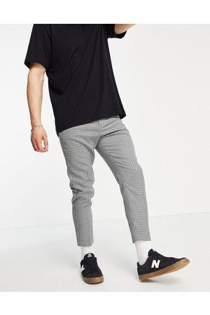 ASOS – Rutiga, avsmalnande kostymbyxor i ankellängd