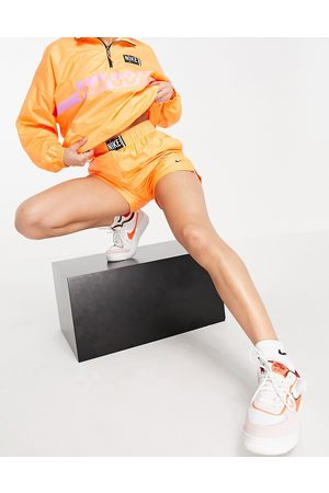 Nike Kvinna Shorts - – Orange och vävda shorts med hög midja och tvättad ombré-effekt-Pink