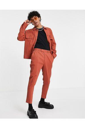 ASOS DESIGN Man Dressade byxor - – Rostfärgade avsmalnande krinklade finbyxor med smal passform, del av set