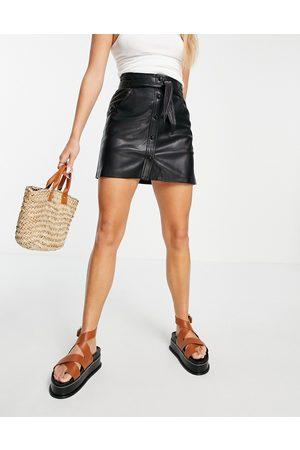 MANGO – kjol i läderimitation med omlottdesign- /a