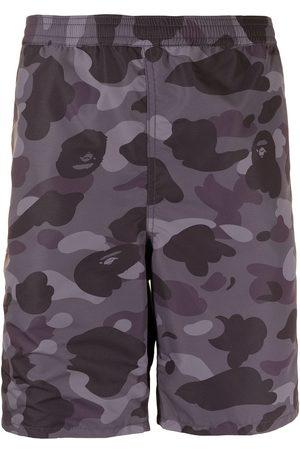 A Bathing Ape Knälånga kamouflagemönstrade shorts