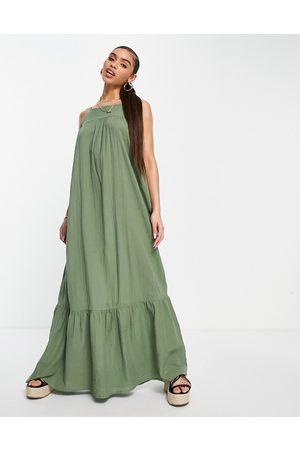 ASOS DESIGN – Kakigrön maxiklänning med volang nedtill- /a