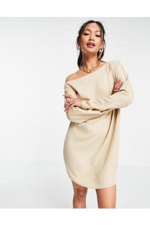 ASOS – Champangefärgad off shoulder-klänning i minimodell